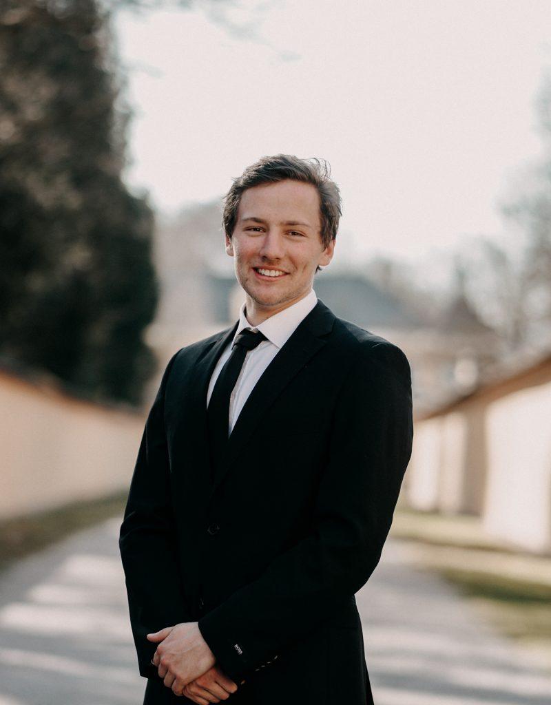 """Max S., 23 Student der Rechtswissenschaften an der Paris Lodron Uni Salzburg """"Das gemeinsame Arbeiten bei verschiedenen Events macht extrem viel Spaß. Die Gruppendynamik ist hoch, wir sind ein eingespieltes Team und meistern jede Herausforderung! Die Harmonie im Team ist das wichtigste bei der Arbeit."""" Erfahrung: Getstaff Schulungen & Eigenstudium"""