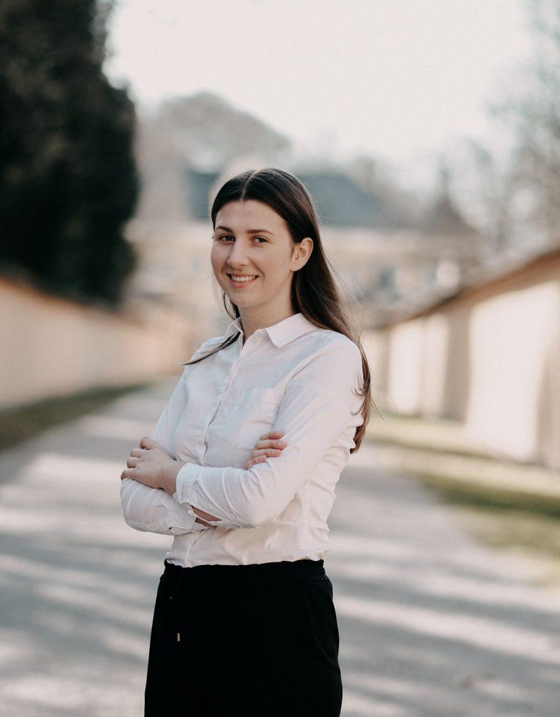 """Anica K., 20 Studentin für Lehramt Französisch und katholische Religion """"Ich arbeite bei Haus und Hof Catering weil die Arbeitszeiten sehr flexibel sind und alles immer bestens organisiert ist vom Fabian. Außerdem ist es immer eine Freude mit so einem Team zu arbeiten und dabei Erfahrungen zu sammeln."""" Erfahrung: Ausbildung an der Tourismusschule Salzburg Klessheim"""